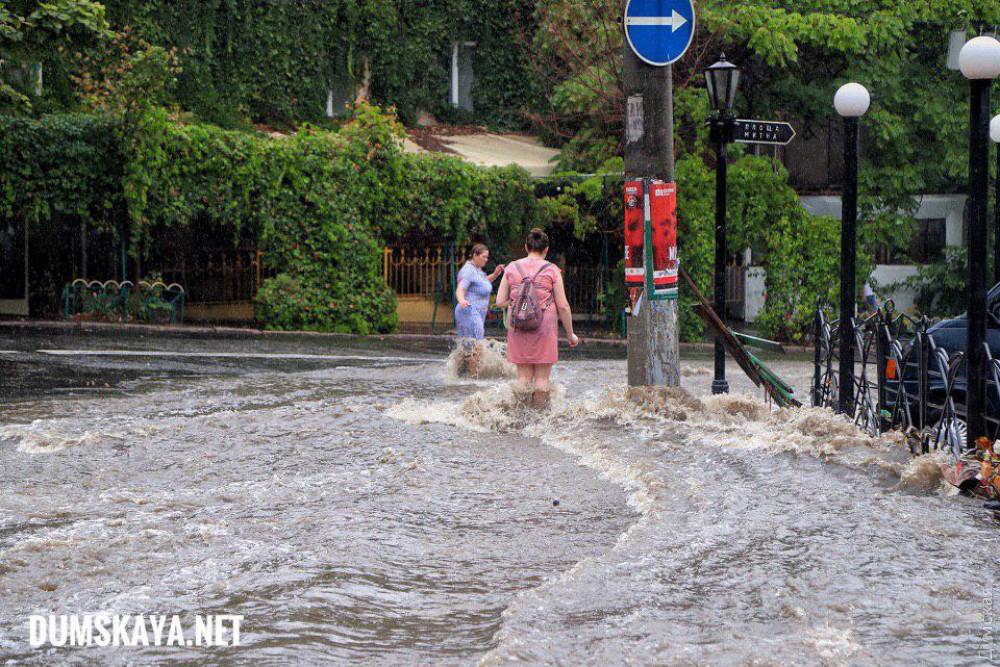 Фонтаны из грязи: показали последствия сильнейшего шторма в Одессе